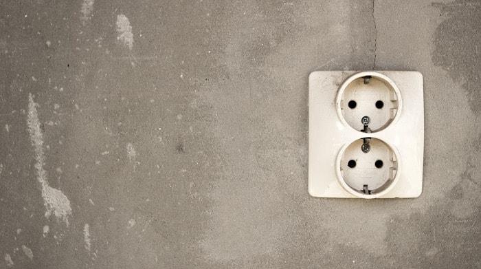 De verschillen tussen een geaard en niet-geaard stopcontact op een rijtje